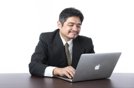 OANDA Japan MT4口コミをチェックしてニヤける男性