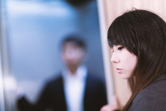 WEBサイトがださい東岳証券のMT4 HorizonMTをチェックする女性